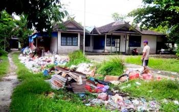 Sampah berserakan di kota Kuala Kapuas.