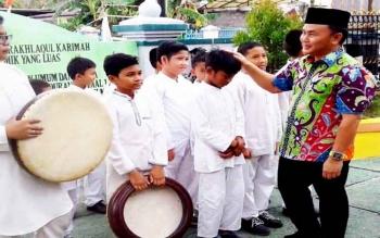 Gubernur Sugianto menghampiri siswa-siswi SD dan SMP Islam Terpadu AlQonita Palangka Raya, Jumat (24/2) dalam ranhka kunjungan sekaligus peresmian sekolah tersebut.