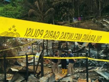 Tim Labfor Cabang Surabaya mengidentifikasi penyebab kebakaran di Lokalisasi Merong, Kabupaten Barito Utara, Jumat (24/2/2017).