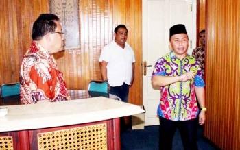 Gubernur Kalteng Sugianto Sabran cek kamar-kamar saat melakukan sidak ke hotel Dandang Tingang, Jumat. Ia serasa bernostalgia saat masuk ke kamar 121. Sayang, ia tak menemukan perubahan di kamar tersebut.