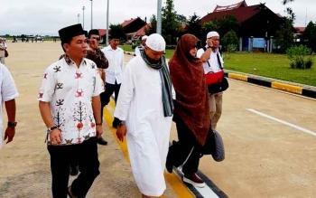Ketua DAD Kalteng Agustiar Sabran saat jemput Arifin Ilham di bandara