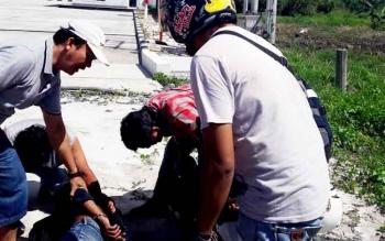 Sejumlah anggota Resmob Polres Kotim saat berusaha menangkap pelaku pencuri suku cadang alat berat di Jl Tjilik Riwut dekat Jl Sumekto, Sampit, Jumat (24/2/2017)