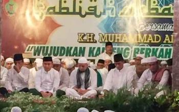 Dari kiri: Wakil Ketua DPRD Kalteng Abdul Razak, Gubernur Sugianto, Ustaz Arifin Ilham, dan Danrem serta Anggota DPR RI asal Kalteng, duduk berdzikir di Istana Isen Mulang