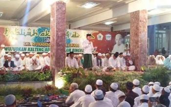 Gubernur Sugianto, berdiri disamping KH Arifin Ilham dan Danrem Kol arm Naudi, memberi sambutan singkat. Kata Gubernur, dua kali Arifin Ilham datang ke istana dan dua-duanya diguyur hujan