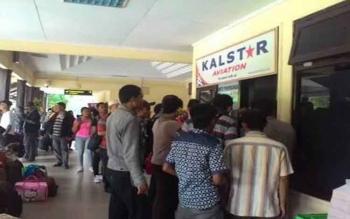 Penumpang pesawat Kalstar di Bandara Iskandar Pangkalan Bun, memastikan tiket penerbangan rute Pangkalan Bun-Semarang ditunda, Sabtu (25/2/2017) pagi ini karena gangguan tekhnis.