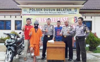 Amrulah (24 tahun) tersangka pelaku pencurian sepeda motor ikut mengacungkan jempol saat difoto oleh wartawan