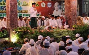 Sugianto saat berdiri menyampaikan sepatah kata saat Tabligh Akbar dan Dzikir bersama KH Arifin Ilham di halaman Istana Isen Mulang Jumat (24/2/2017) malam.