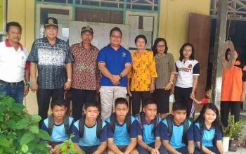 Ketua Gumas Gumer dan Wakil Ketua DPRD Punding S Merang menyempatkan berfoto bersama guru dan pelajar SMPN 4 Kurun, Jumat (24/2/2017).