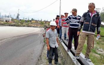 Bupati Lamandau, Marukan (kaos hitm putih), Ketua DPRD H. Tommy Herml Ibrahim (depan) saat mengecek kondisi limbah PKS PT KSO, di Desa Kujan.
