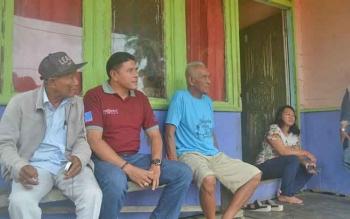 Damang Kepala Adat Kecamatan Katingan Tengah, Isay Djudae (dua dari kanan) di rumahnya Desa Telok, Sabtu (25/2/2017).