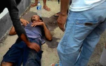 Korban kecelakaan tunggal di Jalan Temanggung Tilung, Palangka Raya, pingsan di pinggir jalan.