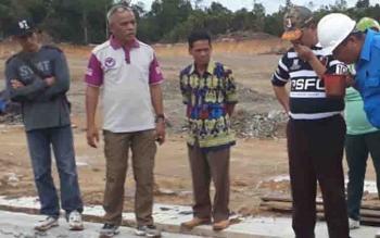 Ketua DPRD Lamandau, Tommy Hermal Ibrahim (dua dari kiri) saat mengecek pengelolaan limbah di dua PKS Desa Kujan.