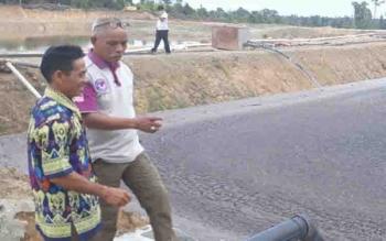 Ketua DPRD Lamandau mengecek pengelolaan limbah di PKS Desa Kujan.