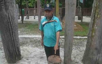 Warga menunjukkan bekas potongan gergaji di patung sapundu yang hilang dicuri dari Komplek Sandung Haik, Desa Tumbang Lahang, Kecamatan Katingan Tengah.