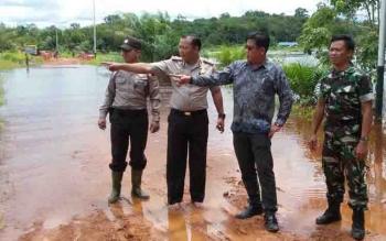 Kapolsek Cempaga Hulu Iptu AA Rahmad bersama Camat Ubaidillah memantau lokasi banjir di Desa Sungai Ubar.