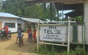 Sejumlah anak-anak main sepeda dekat pos kamling Desa Telok, Sabtu (25/2/2017). Rencananya dalam waktu dekat pemerintah pusat bakal membangunkan jembatan melintang di atas Sungai Katingan menghubungkan Tumbang Samba dari Telok ini.