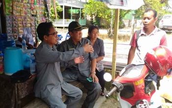 Anggota DPRD Gumas Herbert Y Asin (paling kiri) bersama Wakil Ketua DPRD Punding S Merang dan anggota DPRD Pancar ketika berbincang dengan masyarakat, beberapa waktu lalu.\r\n