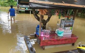 Sebuah gerobak pedagang terendam saat banjir terjadi di wilayah Kelurahan Tampang Tumbang Anjir, Kecamatan Kurun, beberapa hari lalu. Masyarakat Gumas masih waspada bencana banjir.\r\n