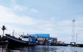 Menara milik PT Telkom di Kecamatan Pantai Lunci terlihat di pinggiran muara sungai Jelai, Sukamara.