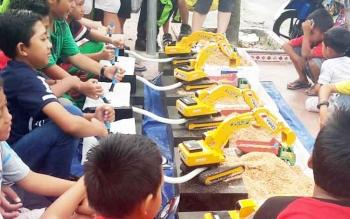 Sejumlah pengunjung CFD Pangkalan Bun yang didominasi anak-anak antusias memainkan miniatur excavator buatan Totok.