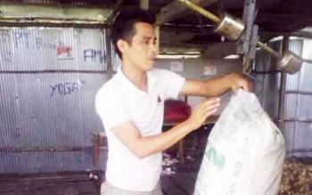 Pembeli karet di Desa Bundar, Barsel, saat menimbang karet.