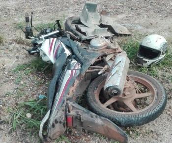 kondisi motor Vixion KH 6573 LG milik korban hancur setelah bertabrakan dengan pikap, Minggu (26/2/2017)