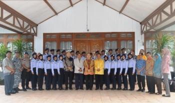 Bupati Kapuas Ben Brahim S Bahat melepas taruna-taruni SMKN 1 Maritim Kapuas Kuala yang akan berangkat ke Semarang, Jawa Tengah, Minggu (26/2) pagi di rumah jabatannya.