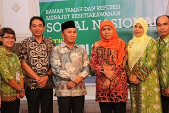 Mensos Khofifah bersama Gubernur Kalteng Sugianto Sabran saat di Istana Isen Mulang dalam acara puncak HKSN beberapa waktu lalu. Saat ini Mensos sedang berada di Timpah untuk meninjau lokasi relokasi bencana.