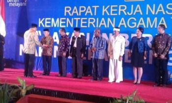 Gubernur Kalteng Sugianto Sabran menerima penghargaan Harmony Award 2016 dari Menteri Agama Lukman Hakim Saifuddin di Jakarta, Minggu (26/2/2017).