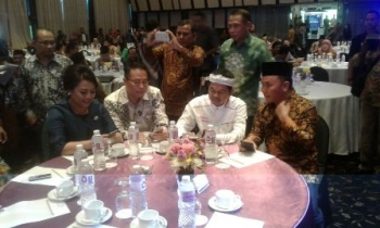 Gubernur Kalteng Sugianto Sabran (kanan) menghadiri Rapat Kerja Nasional Kementerian Agama 2017 yang dirangkai dengan penyerahan Harmony Awward 2016 di Jakarta, Minggu (26/2).
