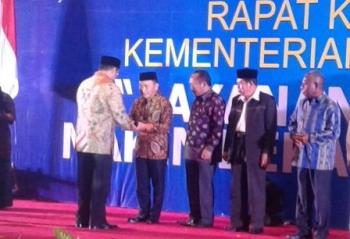 Gubernur Kalteng Sugianto Sabran menerima Harmony Award 2016 dari Menteri Agama Lukman Hakim Saifuddin di Jakarta, Minggu (26/2/2017).