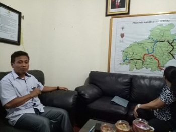Manager PLN Palangka Raya, Mujiono menjelaskan peta interkoneksi pembangunan jaringan listrik Kalimantan Tengah.