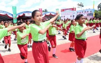 Ratusan anak SD sedang menari bersama saat acara belum lama ini. Program kependudukan, keluarga berencana (KB) dan pembangunan Keluarga sedang dibahas pemerintah provinsi dan kabupaten se Kalteng, di Palangka Raya, Senin (27/2/2017).