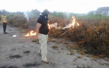 Anggota Polres Seruyan ketika mengikuti simulasi penanganan kebakaran lahan yang digelar di Kuala Pembuang, belum lama ini.