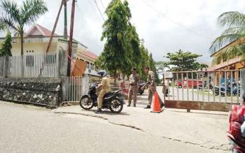 Salah satu pegawai distop oleh petugas Satpol PP dan disuruh melalui pintu depan saat ingin masuk ke lingkungan kantor Bupati Barito Utara