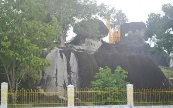 Obyek wisata Bukit Batu di Kelurahan Kasongan Lama ini setiap hari libur Minggu dan libur hari besar keagamaan selalu ramai dikunjungi wisatawan.