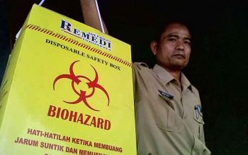 Petugas RSUD Sultan Imanuddin menunjukkan kemasan khusus untuk menyimpan limbah medis.