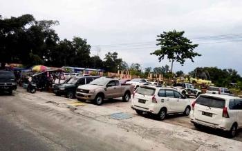 Kendaraan roda empat berjejer di area parkir di dalam di kawasan Bundaran Pancasila Pangkalan Bun, Senin (27/2/2017).