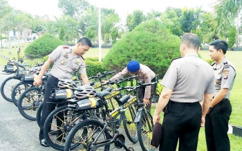 Kapolres Sukamara, AKBP Rade M Sinbela didampingi Kasat Sabhara Polres Sukamara, Iptu Y Marpaung saat mengecek sepeda patroli di halaman Mapolres Sukamara.