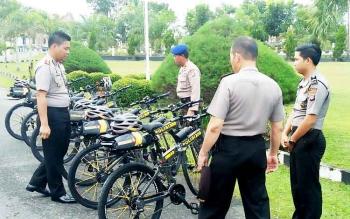 Kapolres Sukamara, AKBP Rade M Sinambela saat memeriksa sepeda patroli di halaman Mapolres Sukamara