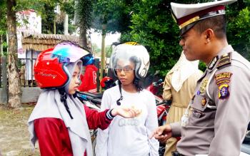 Dua perempuan masih sekitar 15 tahunan menangis setelah motor yang dikendarainya ditilang Satlantas Polres Kotim, Senin (27/2/2017).