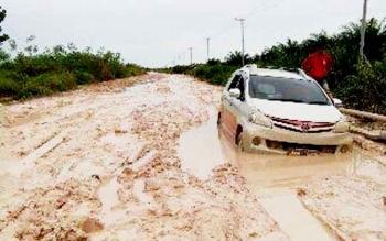 Jalan Pangkalan Bun - Kotawaringin lama kerusakannya makin parah.