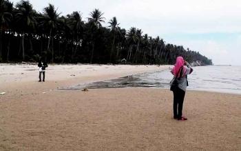 Pengunjung pantai di Desa Sei Tabuk, Kecamatan Pantai Lunci, Sukamara.