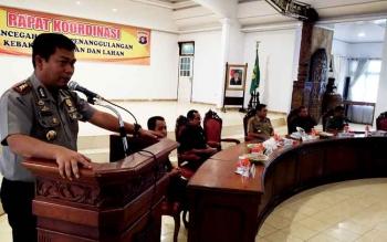 Kapolres Barito Utara AKBP Roy HM Sihombing saat menyampaikan paparan pada Rapat Koordinasi Pencegahan dan Penanggulangan Kebakaran Hutan dan Lahan di Balai Antang, Muara Teweh, Senin (27/2/2017).
