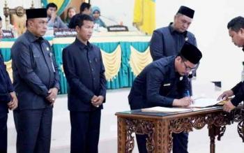 Wakil Ketua I DPRD Lamandau, FX Perwiragato, menandatangani keputusan DPRD tentang persetujuan pengesahan tiga raperda menjadi perda.