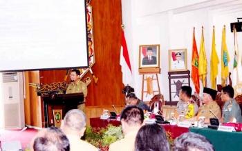 Kepala BPBD-PK Kalteng Syahril Tarigan saat menyampaikan paparan pada Rapat Koordinasi Pencegahan dan Penanggulangan Karhutla 2017 di Aula Jayang Tingang, kompleks kantor Gubernur Kalteng, Palangka Raya, Senin (27/2/2017).