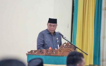 Sekda Lamandau, Arifin LP Umbing, saat menyampaikan sambutan bupati di rapat paripurna DPRD, Senin (27/2/2017).