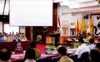 Gubernur Kalteng Sugianto Sabran saat memberikan Stressing di akhir sesi pada Rakor pencegahan dan penanganan Karhutla 2017 di Aula Jayang Tingang, Senin. Ia mengingatkan Kapolda agar tegas menindak pelaku pembakar hutan dan lahan.