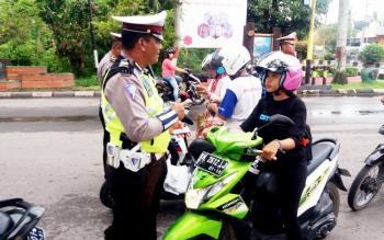 Personel Satlantas Polres Kotim merazia kelengkapan pengendara di perempatan Jalan Yos Sudarso - Jalan A Yani, Senin (27/2/2017).