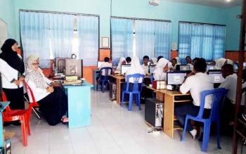 Sejumlah siswa MTs Negeri Pangkalan Bun saat mengikuti simulasi ujian nasional berbasis komputer.